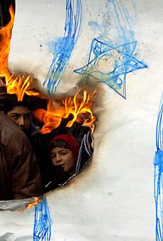 Siria, manifestantes queman una bandera de Israel