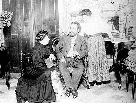 Sawa, con su familia: su mujer y su hija.