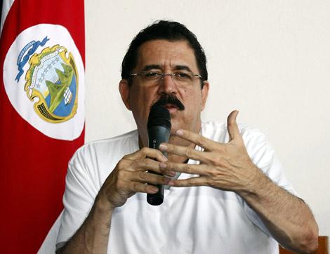 El presidente de Honduras, Manuel Zelaya, ofrece una rueda de prensa desde San José (Costa Rica).| Efe