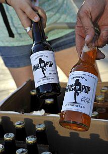 Un comerciante vende soda artesanal en memoria de Jackson. | Efe