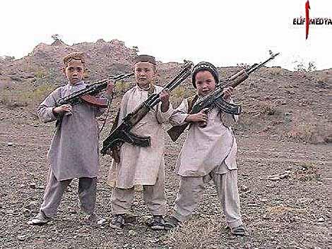 Tre niños con rifles Kalashnikov. | AFP