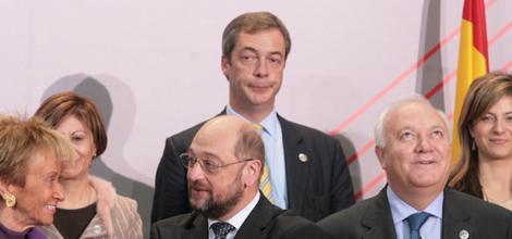 Nigel Farage (centro, fondo) entre 'amigos' en Madrid. | Begoña Rivas