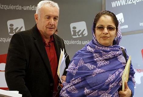 Cayo Lara junto a Zahara Ramdán, presidenta de la Unión de Mujeres Saharauis. | Efe