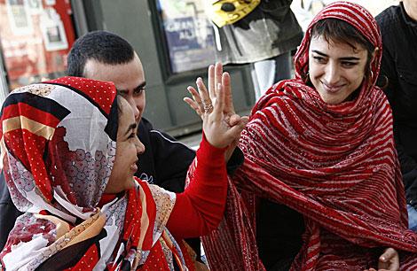Eva, la joven que acaba de iniciar la huelga de hambre, con la ropa saharaui, | Esther Lobato