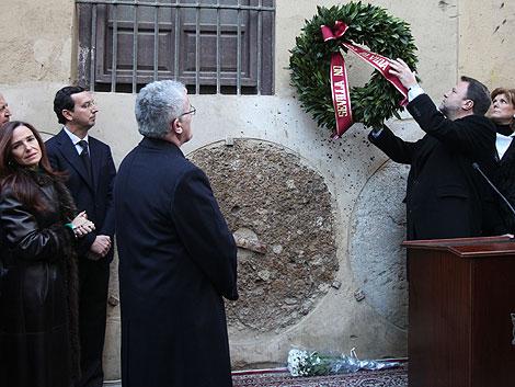 El alcalde coloca la ofrenda floral por Jiménez Becerril y su esposa. | Conchitina