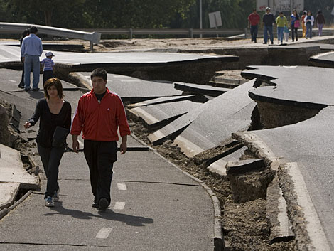 Una carretera destruida en Santiago de Chile. | Efe