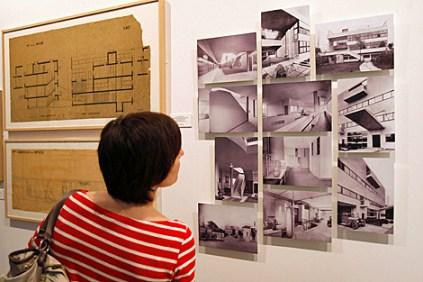 Una mujer observa parte de los planos y fotografías que componen la muestra.   Kote Rodrigo