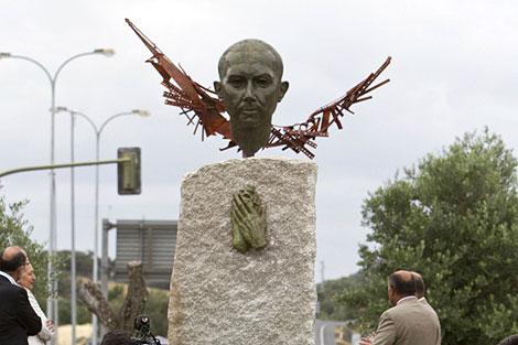 El busto dedicado a Miguel Hernández e inaugurado este sábado en  Rosal de la Frontera. | Efe