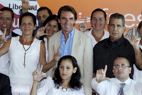 Aznar acompañado por ex presos políticos cubanos en la sede de Faes. | Efe
