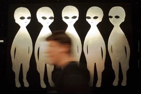 Visitante ante un dibujo en el Museo Internacional UFO de Roswell. | Eric Draper