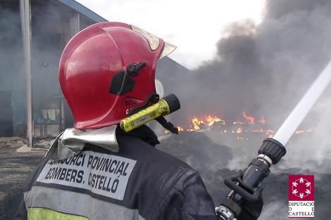 Los bomberos del Consorcio Provincial llevan 24 horas tratando de apagar el incendio de Vall d'Alba. | E.M.