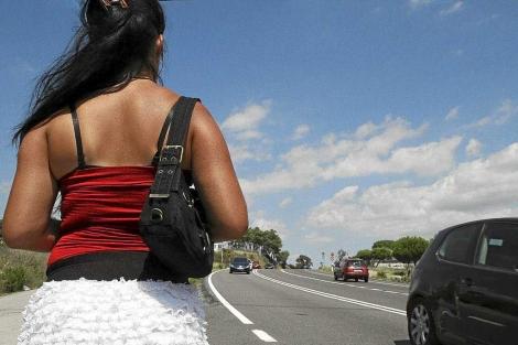 Una prostituta espera en la carretera. | Joan Castro