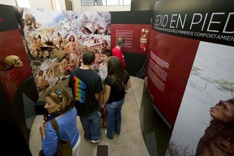 Varias personas visitan la exposición 'Sexo en piedra'. | Efe