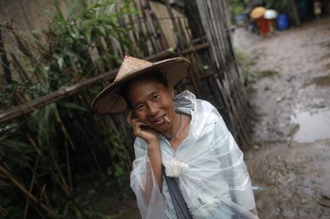 Una mujer de la etnia Karen habla por el móvil en Tailandia. | Reuters