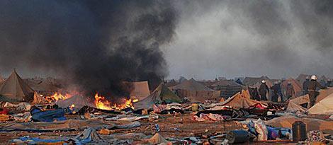 Policías marroquíes recorre el campamento saharaui, que está en llamas. | Efe