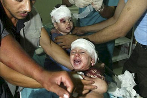 Dos niños saharauis atendidos con heridas en la cabeza. | Efe