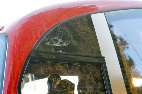 El cristal del autobús tras recibir el impacto de una piedra. | PMA