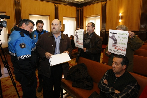 El ecologista Ramiro Pinto en el momento de su desalojo. | J.M.Gutiérrez