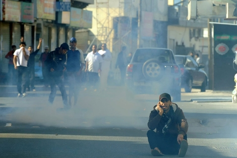 Un manifestante resiste en Manama a pesar de los gases lacrimógenos. | Efe