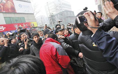 Varias decenas de manifestantes se concentran en una céntrica calle de Pekín. | Efe