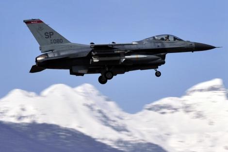 Un avión de combate F16 del ejército estadounidense sobrevuela Italia. | Afp