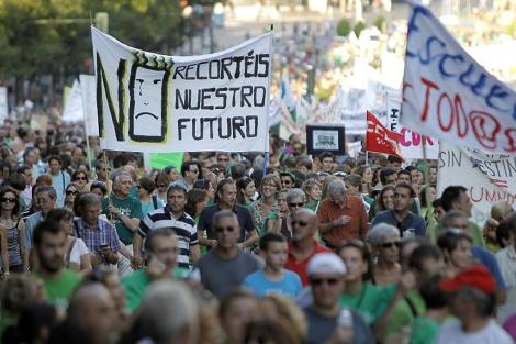 Miles de personas se manifiestan en Madrid por los 'recortes educativos' de Aguirre.| Di Lolli