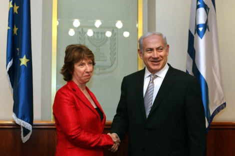El primer ministro israelí Netanyahu (dcha) habló con Ashton sobre esta crisis.   Afp