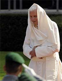 Benedicto XVI, recibido con honores.| Efe