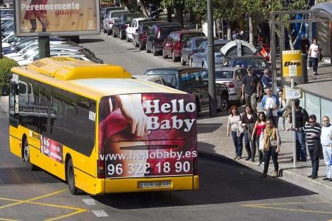 Un autobús metropolitano de Valencia con la publicidad de una página de contactos. | B. Pajares