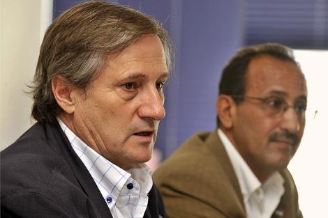 Meyer, junto al delegado del Polisario en Canarias, antes de viajar a El Aaiún. | E. Urquijo / Efe