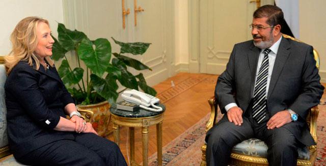 Hillary Clinton dialoga con Mursi.| Afp