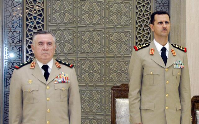 El presidente sirio Asad (d) con su ayudante, el general Turkmani (i), fallecido ayer. | Efe