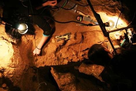 Dos científicos trabajan en en el yacimiento de El Sidrón. | Uniovi