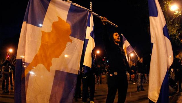Protestas durante la noche en Nicosia. | Reuters