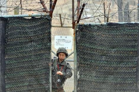 Un soldado surcoreano, en la zona desmilitarizada entre las dos Coreas. | Afp