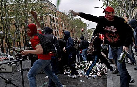 Manifestante arrojando objetos.   Efe