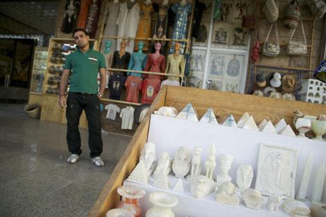 Un vendedor con estatuas de alabastro. | F. C.