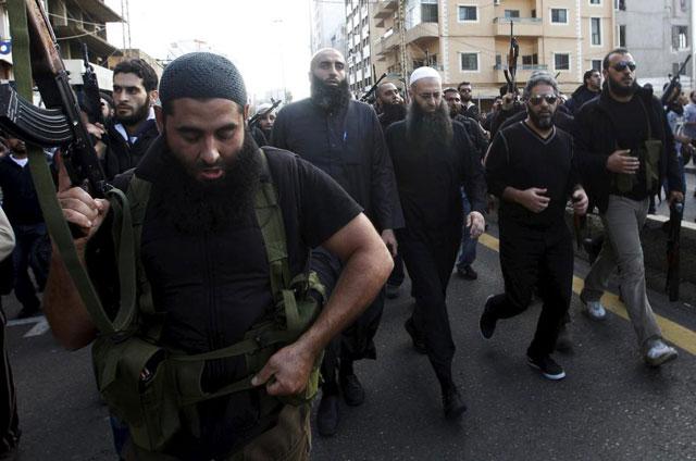 Ahmad al Assir, escoltado durante el funeral de unos seguidores .   REUTERS
