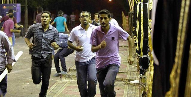 Miembros de los Hermanos Musulmanes corren durante una carga policial. | Reuters