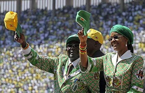 El presidente Mugabe saluda a sus seguidores junto a su esposa Grace. | Afp