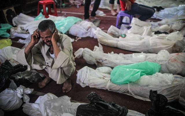 Un hombre llora en medio de los cadáveres.| Efe