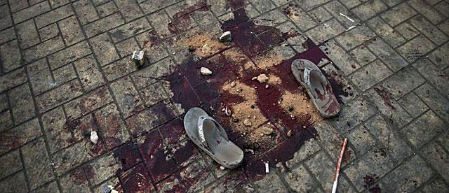 Sandalias, sangre y piedras en la calle Ramsés de El Cairo. | Afp