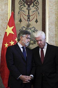 El ministro portugués de Asuntos Exteriores, Luis Amado (izq.)