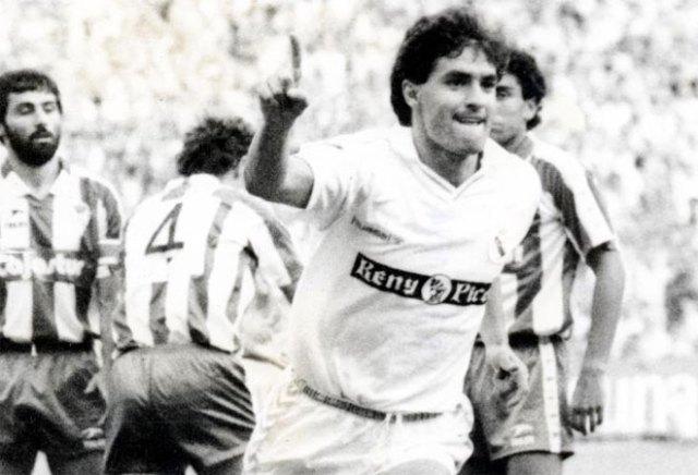 La banda derecha era propiedad de Míchel, que sumó 9 goles aquella temporada. En esta imagen, celebra un tanto ante el Sporting de Gijón.