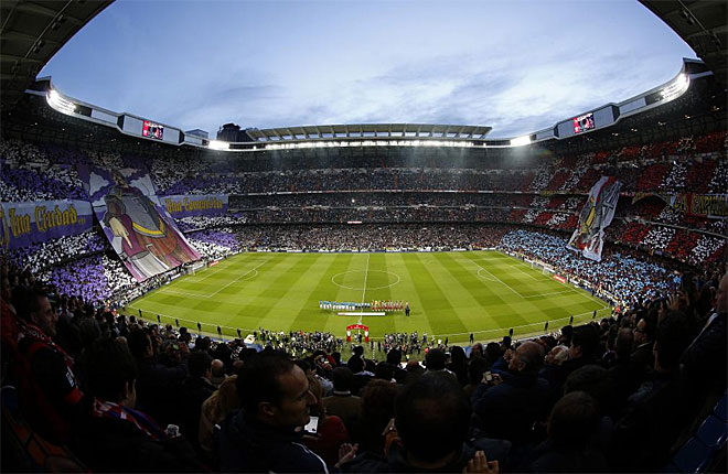 Spectacular look at the Bernabeu with the deployment of two banners.