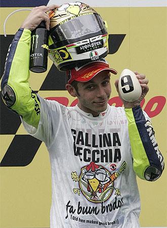 Rossi con su huevo en el podio