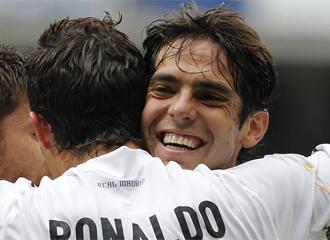 Kaká se abraza a Cristiano Ronaldo.