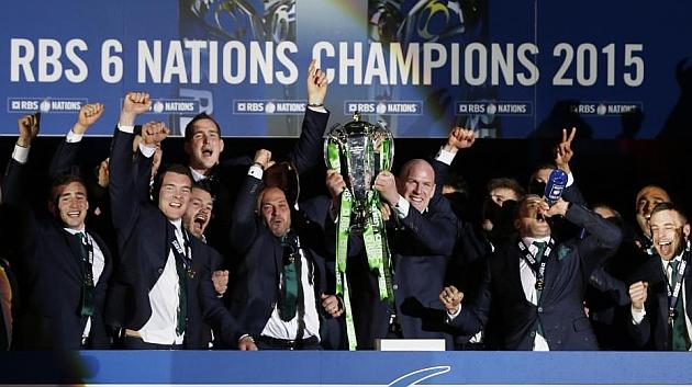 O'Connell, capitán de Irlanda, recoge el título de campeón en Murrayfield / REUTERS