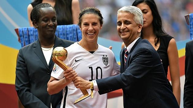 Carli Lloyd recibe el Balón de Oro de la mano de Sunil Gulati, presidente de la USSF