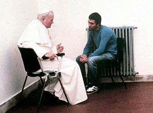 Agca recibió la visita del Papa en la cárcel en 1983. (Foto: AFP)